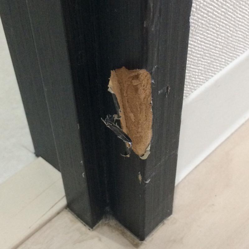 ドア枠のキズ