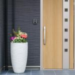 玄関ドアのリフォームを検討中のあなたへ。丸ごと交換ではなく、部分的にリフォームする補修という選択肢をご存知ですか?