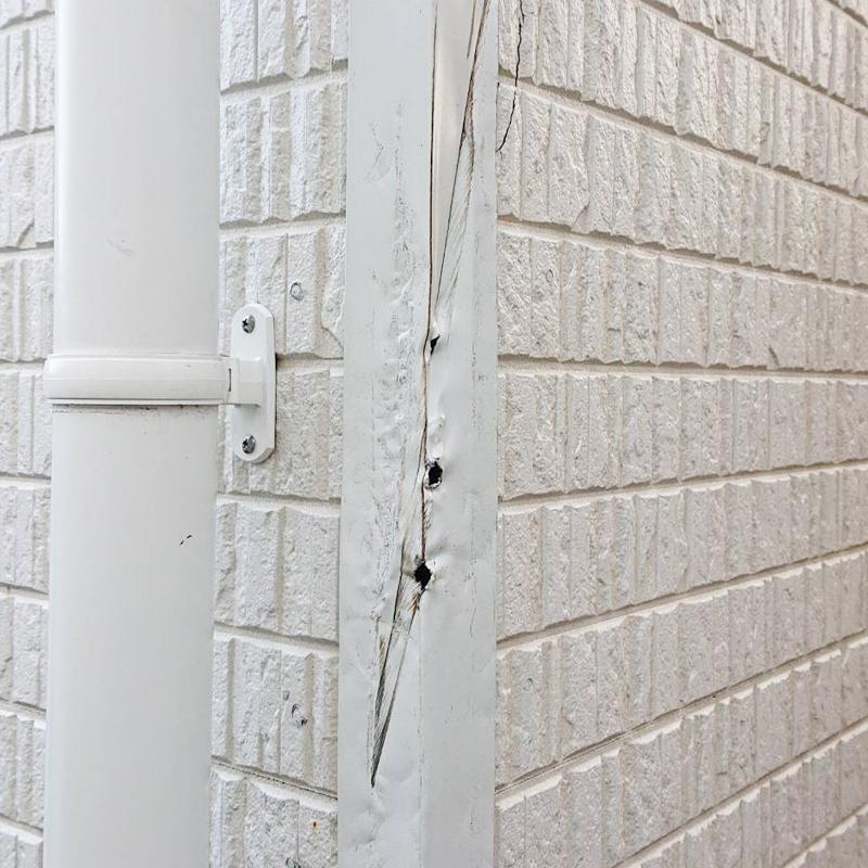 戸建のサイディングとアルミサッシが台風の影響により曲がり破損した