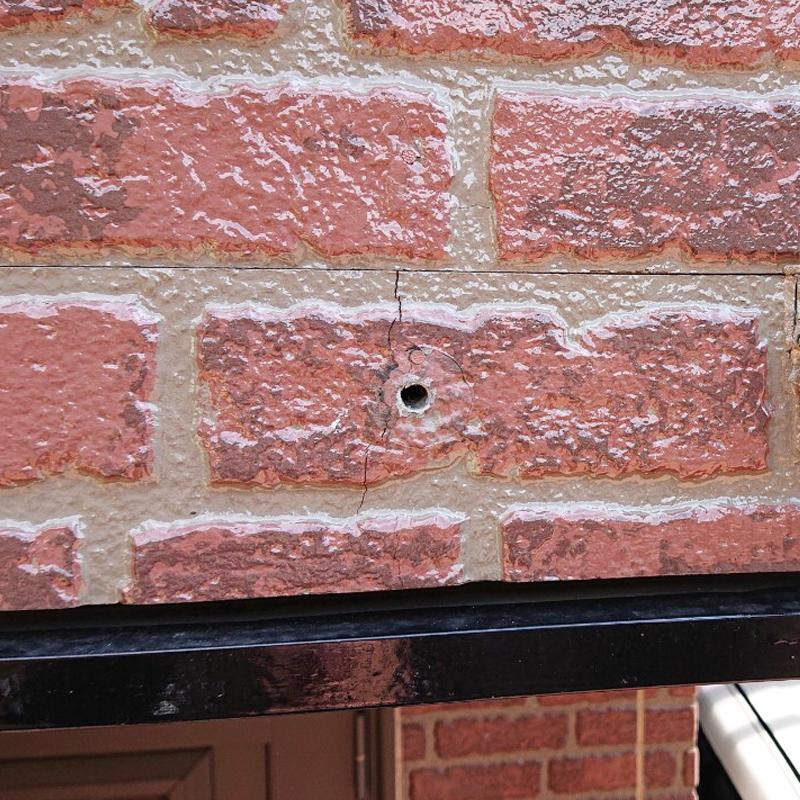 戸建ての外壁タイル-配線の位置変更に伴う穴とひび割れの補修