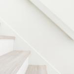 階段の欠けやキズ、手すりの凹みや塗装剥げを補修する方法。費用はどのくらい?