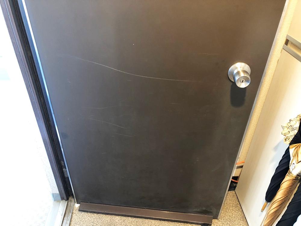 玄関扉の擦り傷ー補修前
