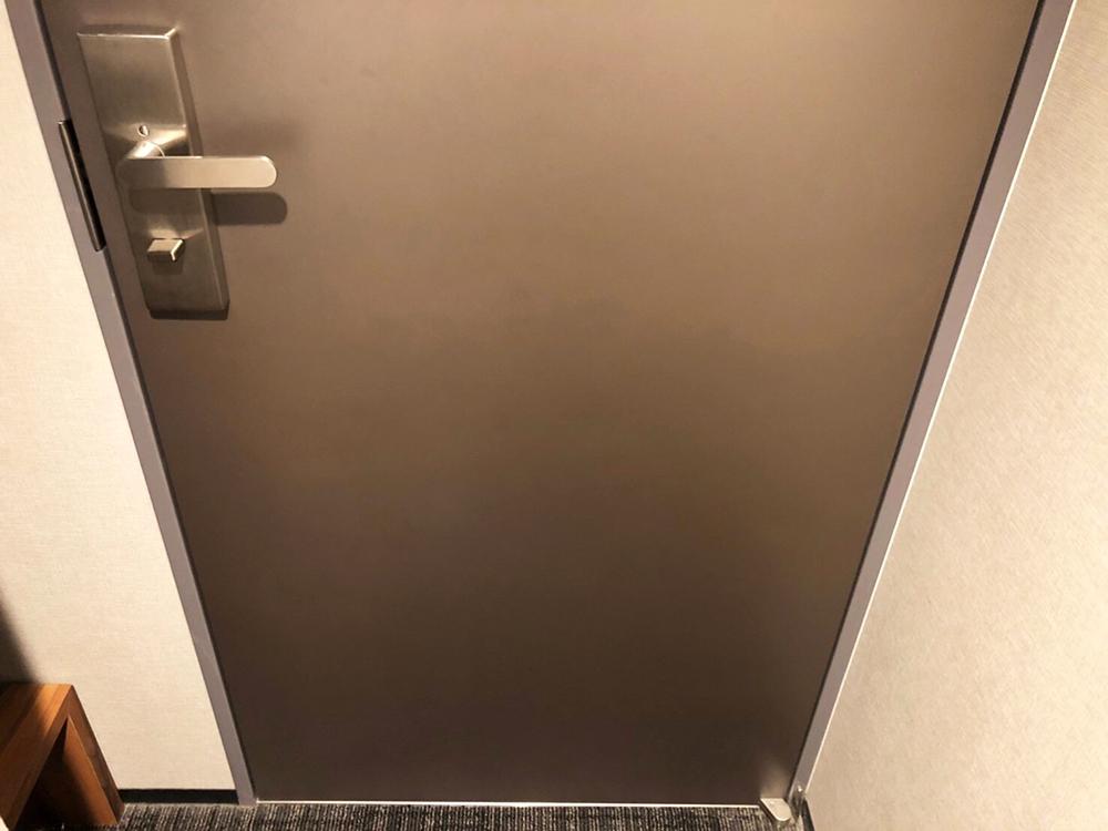 ホテルの客室扉の補修後