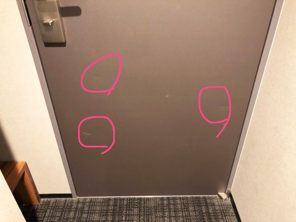 ホテルの客室扉の補修前