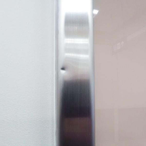 ステンレス枠の凹み補修