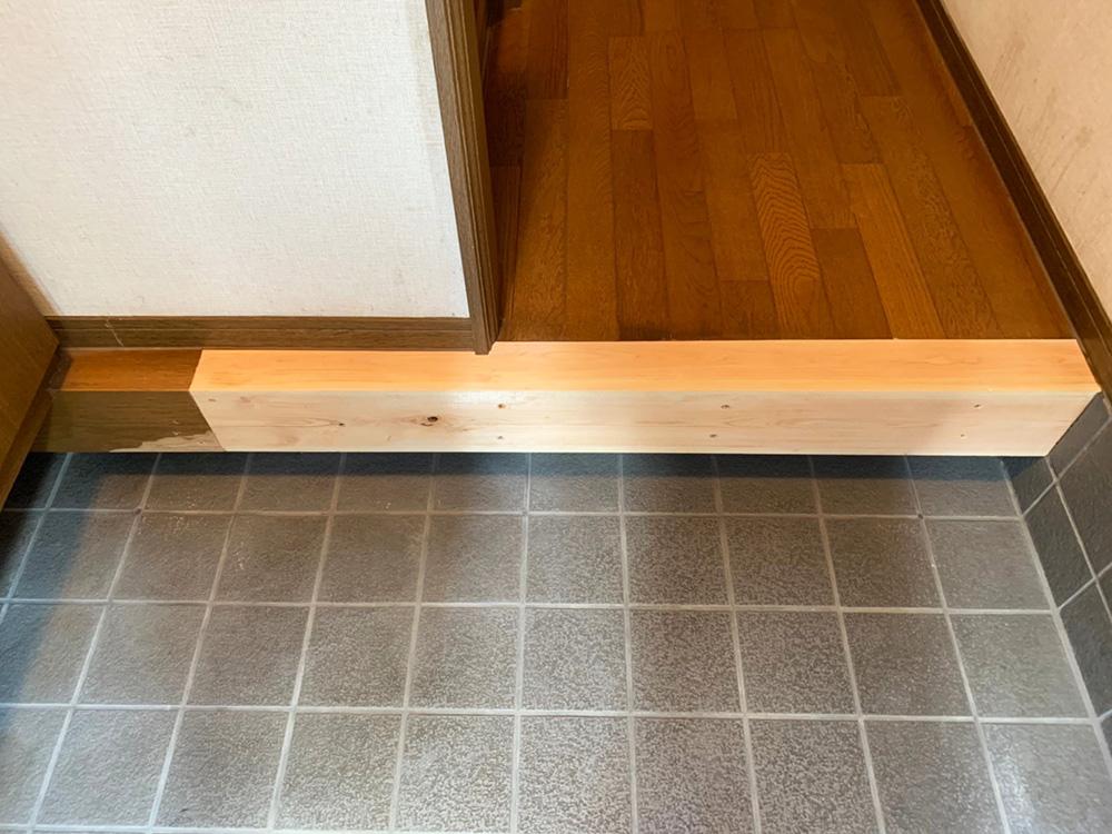 もちろんこの木材にも予め裏までしっかり防蟻処理を行ます 右側はタイル奥までしっかり差し込み、正面からビスでしっかり固定します