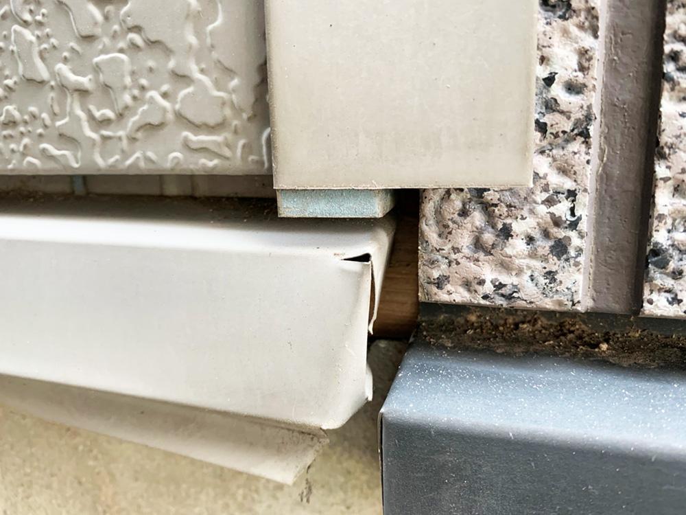 玄関横の外部にも雨水が入りそうなポイントにも防水処理を行います