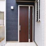経年劣化で傷んだ玄関ドアを交換ではなくリメイクで直す方法